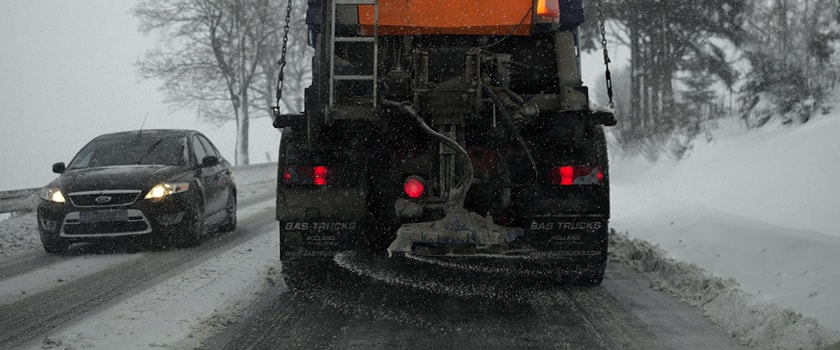 Solení silnic v zimně